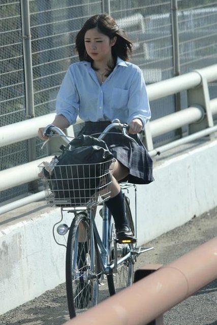 【画像】自転車に乗ったJKのチラリズム画像集