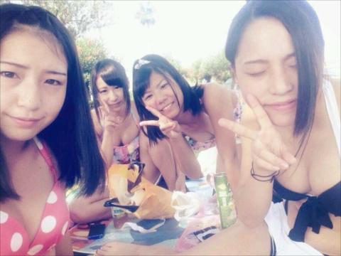 【画像】夏を振り返る水着の女の子たち