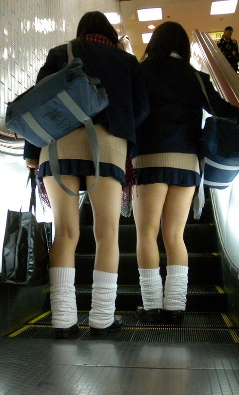 【画像】女子高生はルーズソックスを装備した。