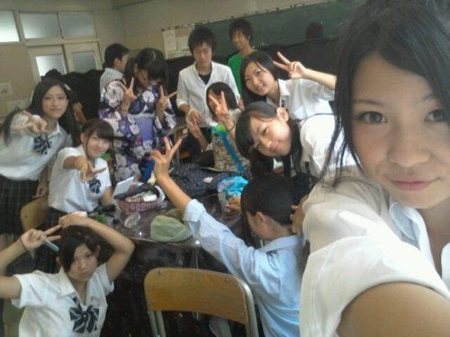 【画像】学校で元気にはしゃぐJKたち