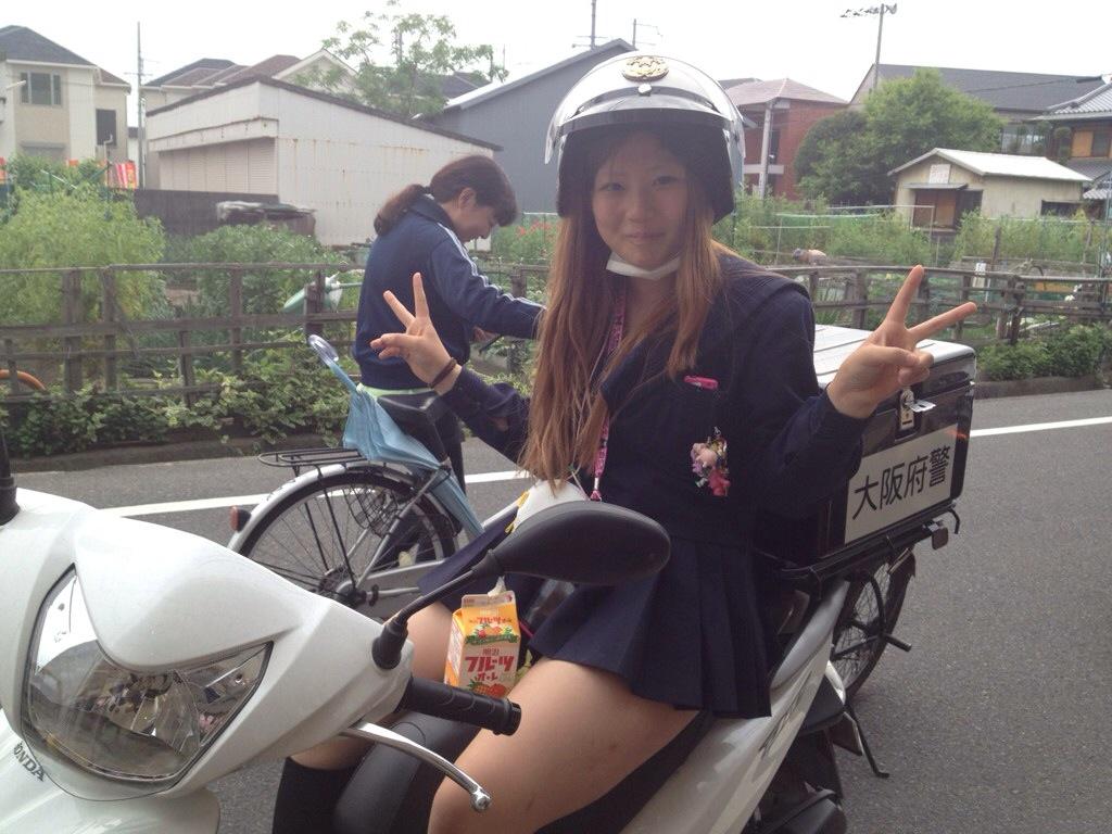 【画像】女子高生のピースしてる指が好きなやつwwwえ?