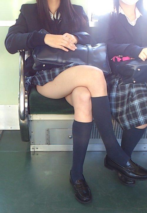 【画像】女子高生が電車内にいるときの緊張感www