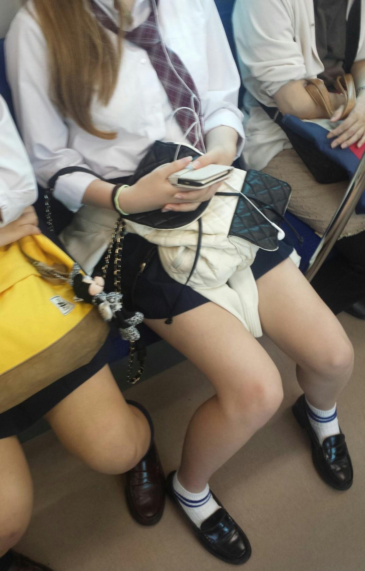 【画像】電車でJKが隣に座ってきた時のあの気持ちなんだろなww