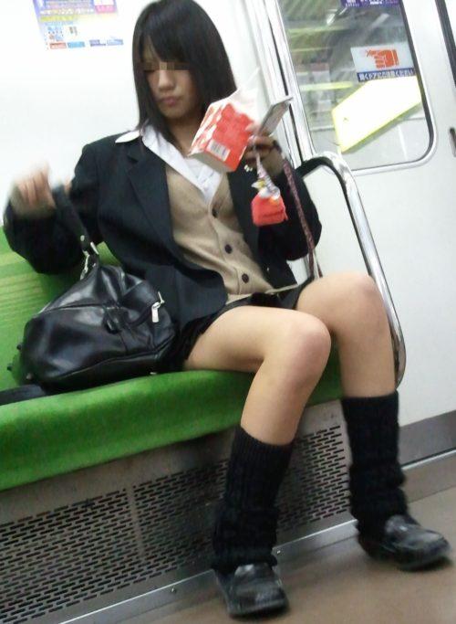 【画像】電車内でJKみつけたらさりげなく近づく奴ww