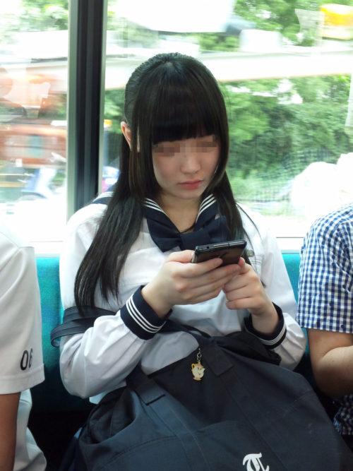 【画像】電車で出会うJKは一段とエロいわ