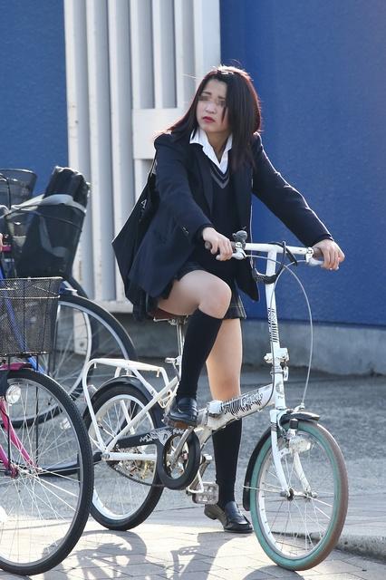 【画像】自転車に乗ったJK目で追う奴www
