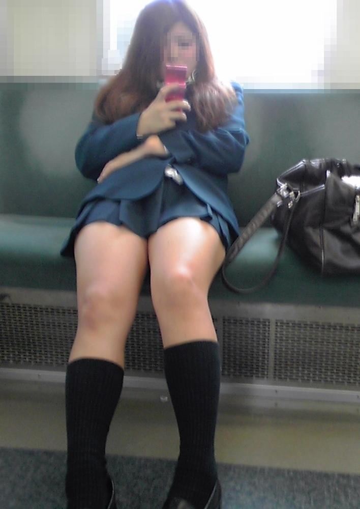 【画像】電車内で誘ってるとしか思えない女子高生たち