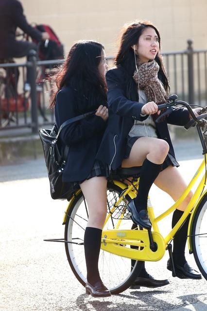 【画像】視線奪われる自転車女子高生
