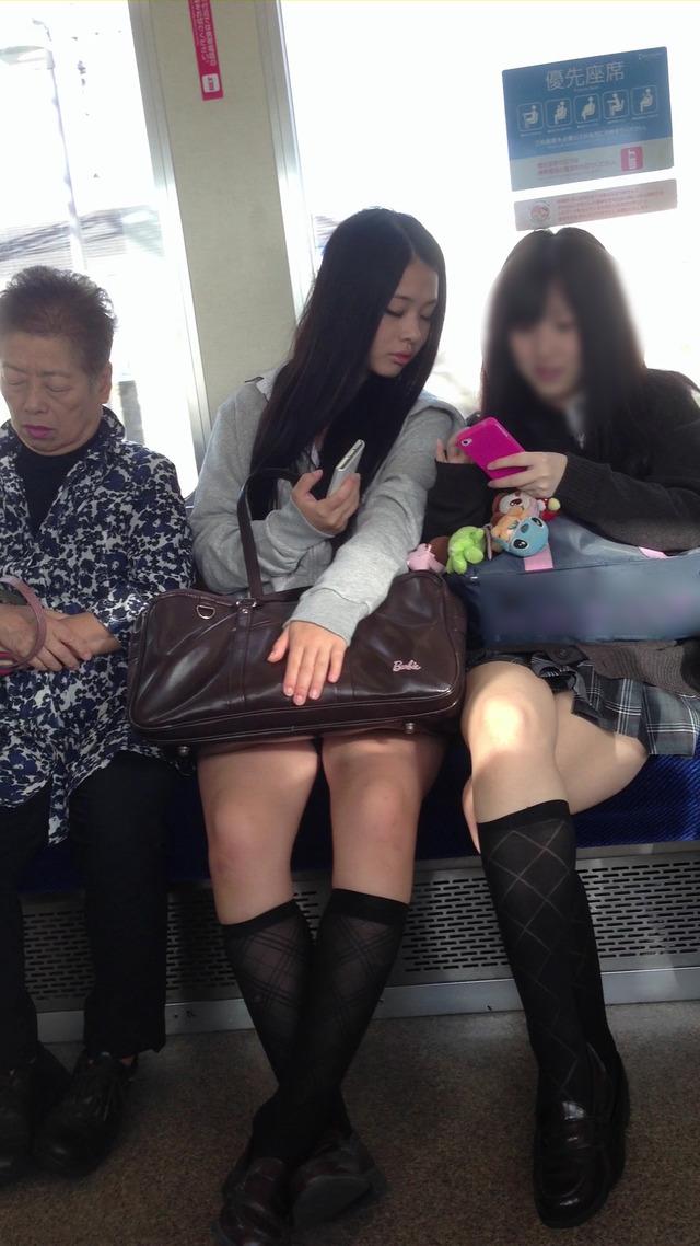 【画像】電車にJKがいたらこっそりカメラ起動する奴wwwww