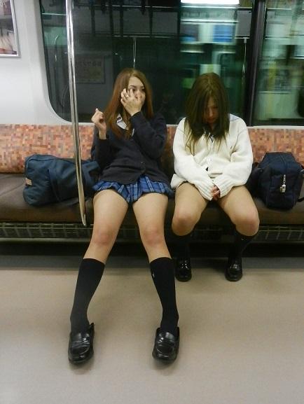 【画像】ふともも丸出しで無防備な電車内JK