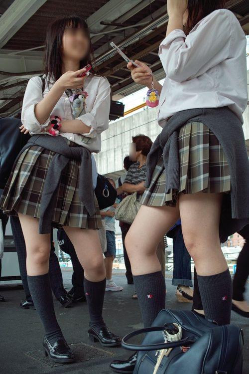 駅のホームで油断してる女子高生を撮影