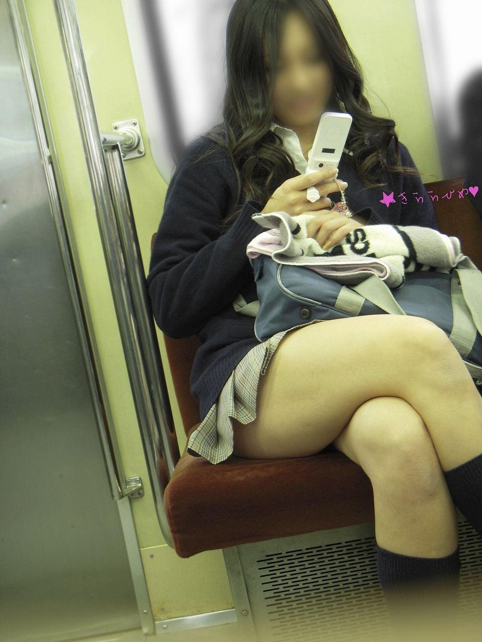 【画像】電車でJKの横に座りたいけどあえて対面に座る奴wwww