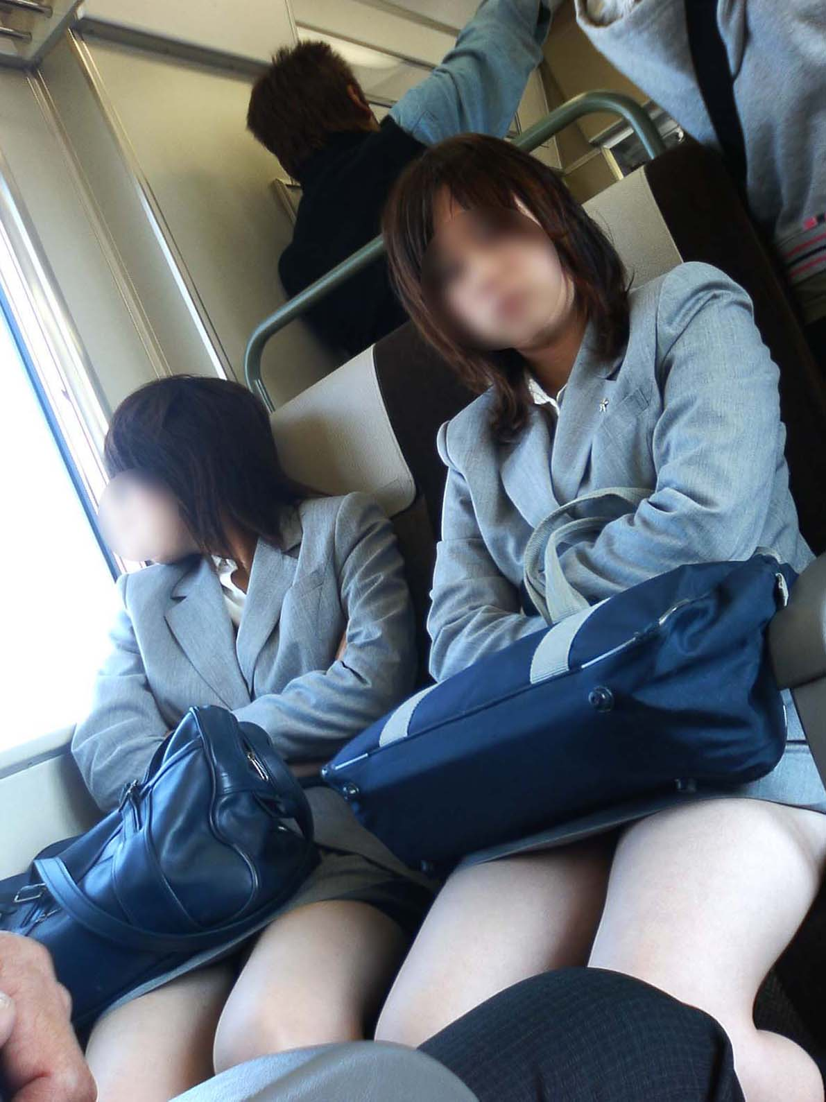 【画像】電車でこんなエロい女子高生の近く陣取る奴wwww