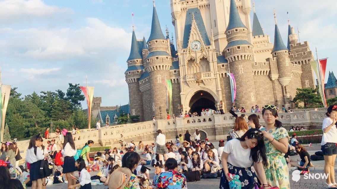 【画像】シンデレラ城前にJK大量発生してる画像www