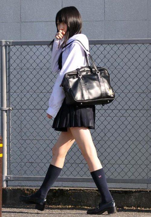 【画像】ミニスカ制服という単語すらエロいJK画像