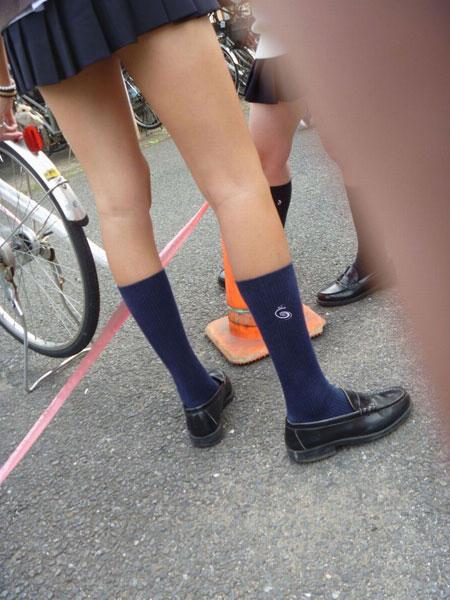 【画像】スカートとの絶妙なバランスがたまらんJKふともも画像
