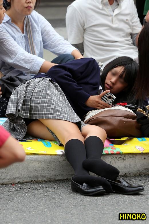 【画像】パンティチラつかせてる女子高生www