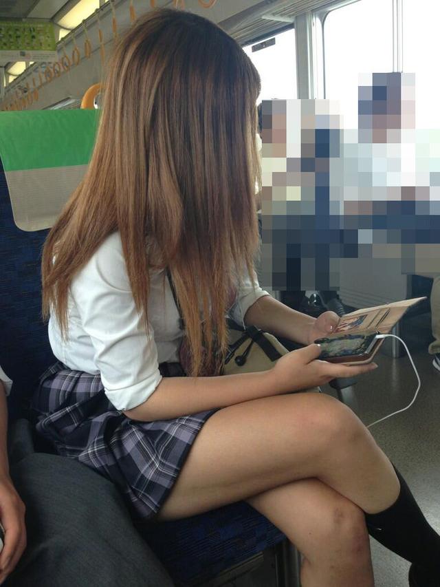【画像】女王様みたいな女子高生の足組み画像