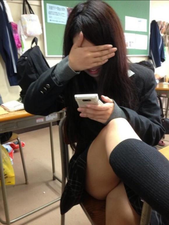 【画像】学校で元気いっぱい無邪気な女子高生
