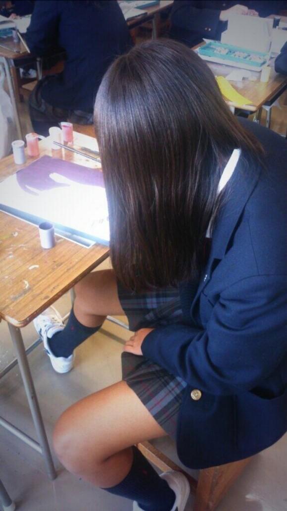【画像】学校で友達同士はっちゃける女子高生