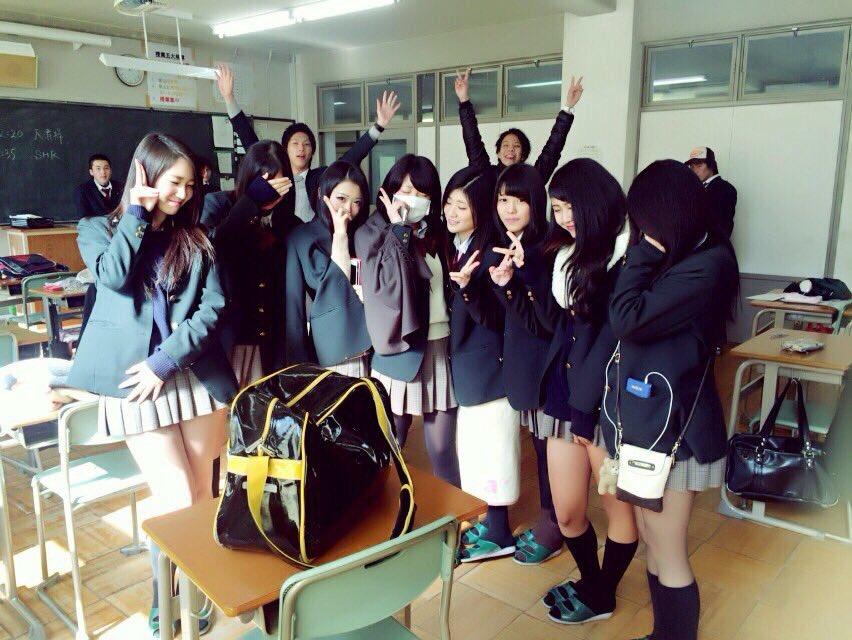 【画像】卒入学で記念写真をみんなで撮るJKさん