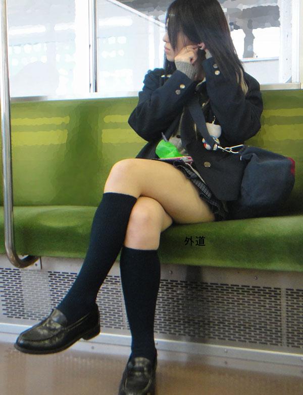 【画像】女子高生様の脚組み画像に大興奮奴wwww