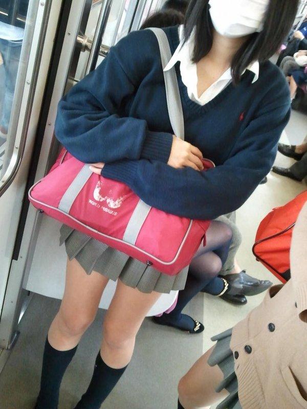 【画像】絶対見るだけにしたい電車内JK画像