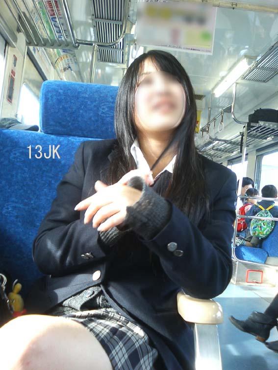 【画像】合法的にJKと密着できる電車内www