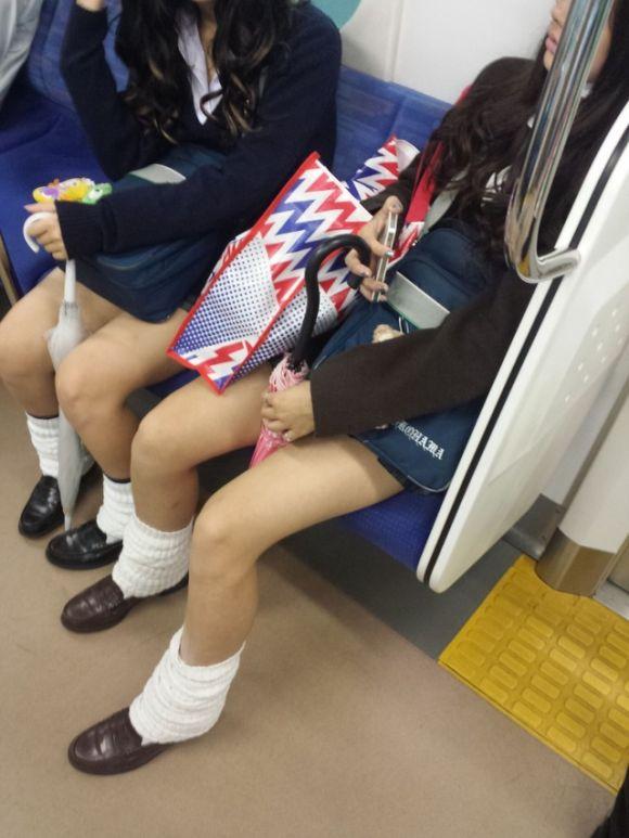 【画像】電車内で女子高生盗撮奴~wwww