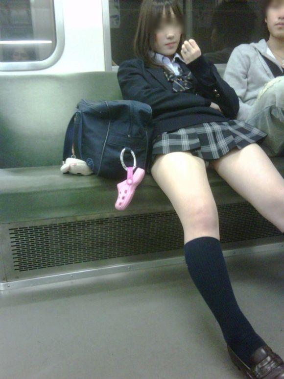 【画像】電車内女子高生って異様に興奮するよなwww