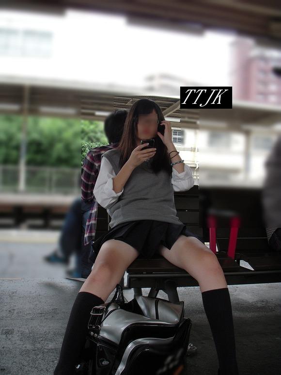 【画像】高校の近くで待ち伏せてJK盗撮マンwwww