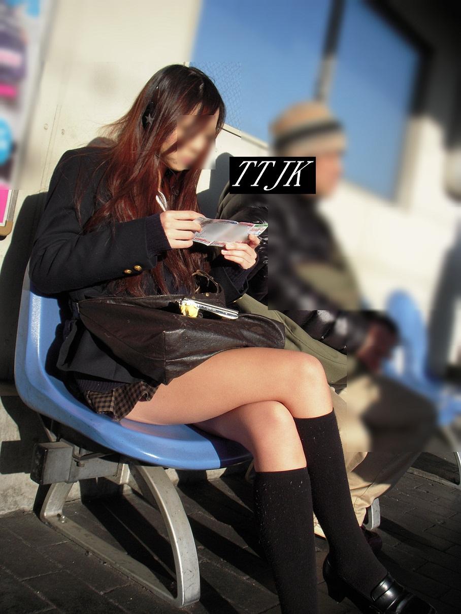 【画像】脚組み女子高生様の前で土下座願望奴wwww