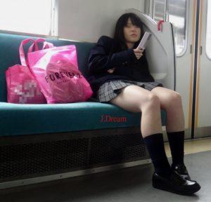 【画像】電車にで女子高生の近く陣取りやつwwww
