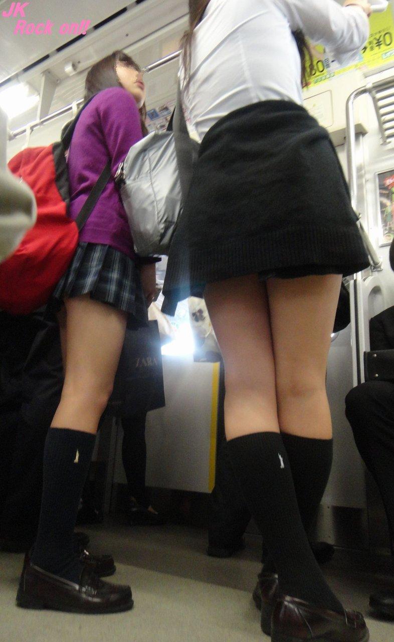 【画像】電車内JKの紅一点感wwww