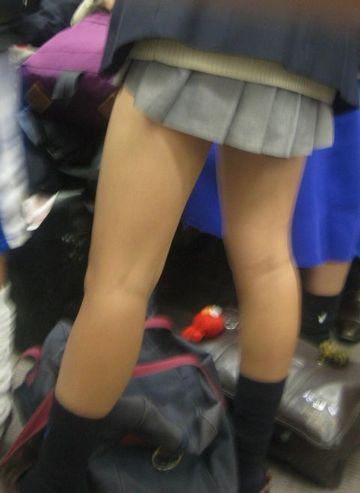 【画像】短いスカートにエロいふとももとかJKさん反則すぎる