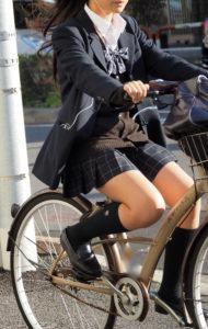 【画像】チャリJKのスカートチラリズムwww