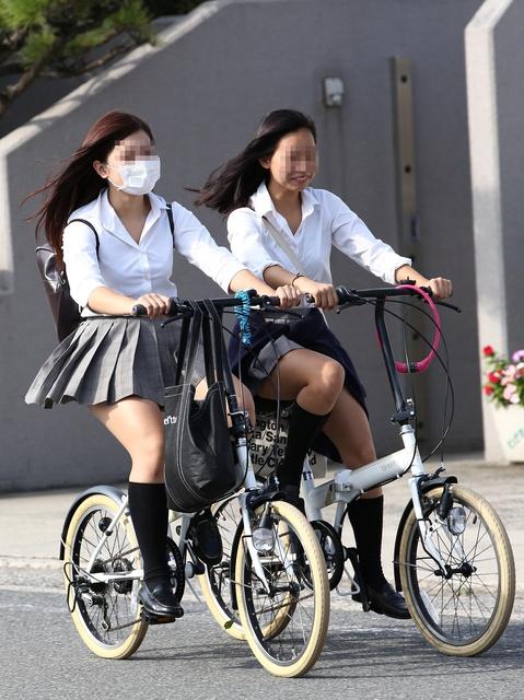 【画像】自転車JKのふとももの付け根チラリズムwww