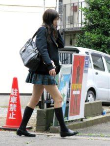 【画像】なんで制服女子高生気になっちゃうんだろう…