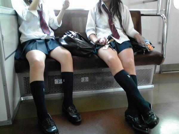 【画像】女子高生と合法的に相席できる電車にありがとうwww