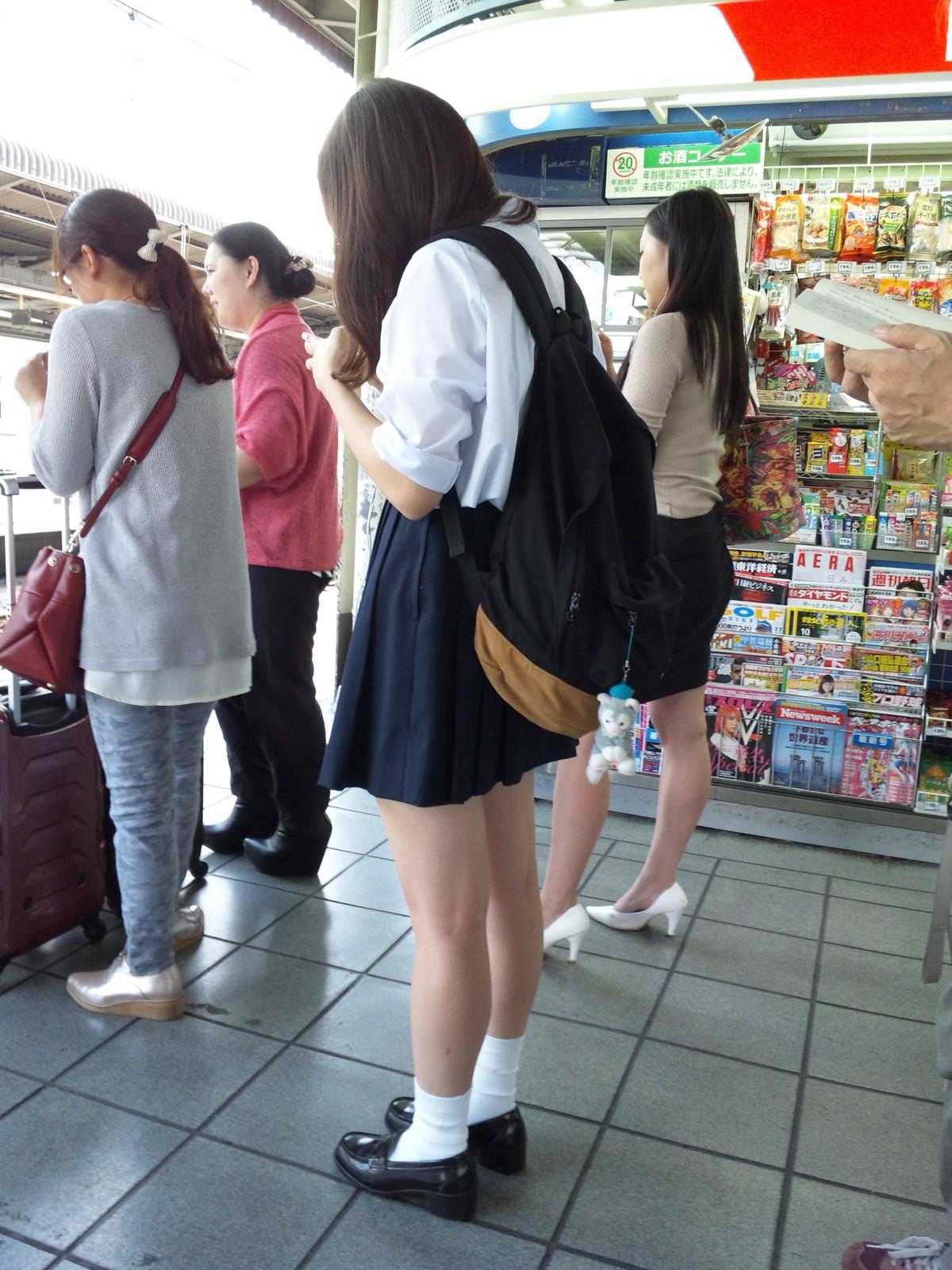 【画像】うっすら下着がみえる夏JK画像