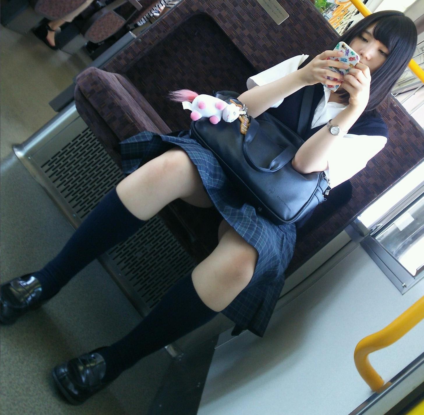 【画像】電車で女子高生チラチラ見てる成人男性ちょっとこいwww