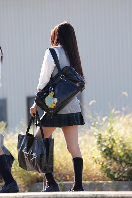 【画像】萌え袖女子高生に大興奮やつwww