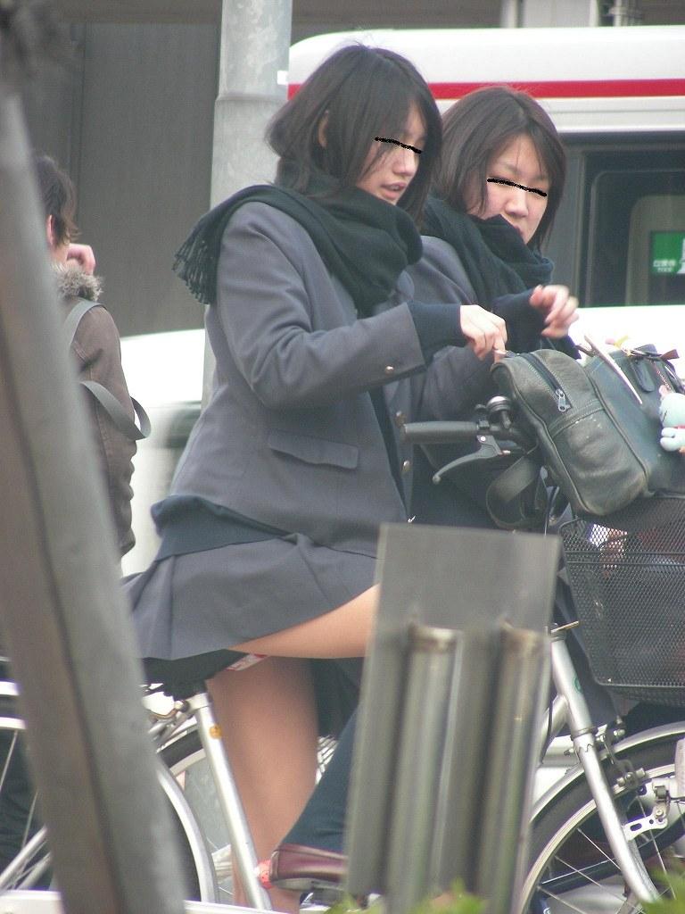 【画像】チャリJKのスカートはなぜめくれ上がらないのか