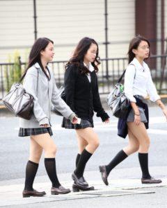 【画像】セーター女子高生てボディラインくっきりしてるよなwww