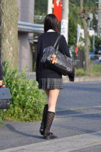 【画像】スカートがセーターで隠れてるとエロさ倍増だよなwww