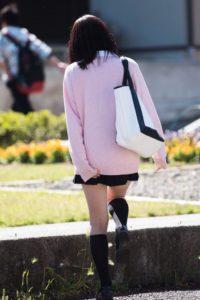 【画像】萌え袖セーターJKに手コキなんてされたら即効イケそうwww