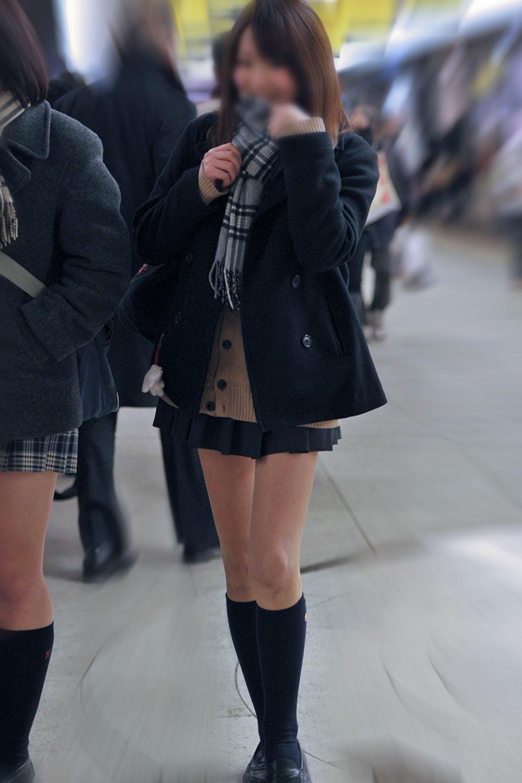 【画像】上半身は完全防備な女子高生写真
