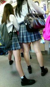 【画像】満員電車で女子高生にこっそり近づいて匂い嗅ぎやつ~www