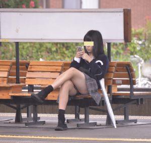 【画像】女子高生が偉そうに脚組んでやがるな・・・(シコシコ)