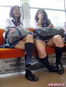 【画像】電車内女子高生、スマホ盗撮絶対ダメ、